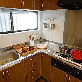 L字の大きなキッチンは3口ガス