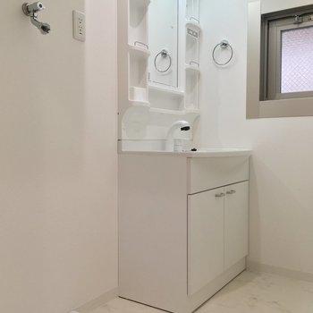 洗面台+洗濯機置き。ここが脱衣所になってます
