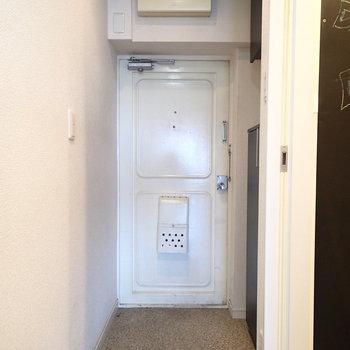 玄関はこちら。ドアの感じが少しレトロ。※写真は前回募集時ものです。