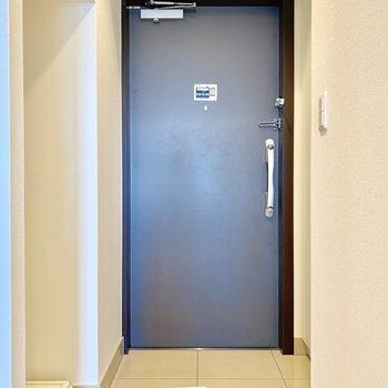 玄関スペースはコンパクトです。