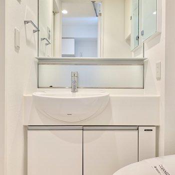 洗面台。鏡が大きくて使いやすそう。