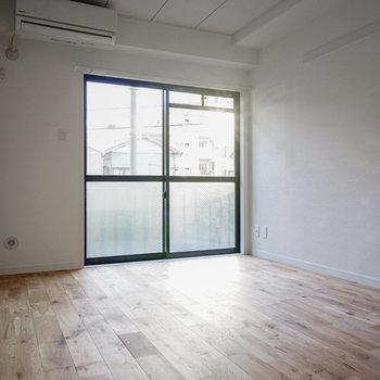 窓からしっかり光が〇※写真は前回施工のお部屋