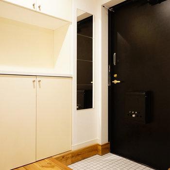 玄関は白のタイルに※写真は前回施工のお部屋