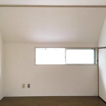 小窓・収納付きのお部屋です。