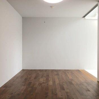 お部屋の奥の方の部分。※写真はクリーニング前のものです