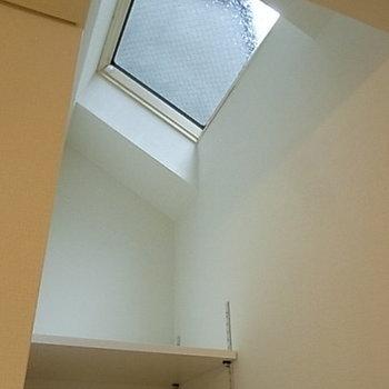 収納棚の上には天窓があるんです。*写真は別部屋です