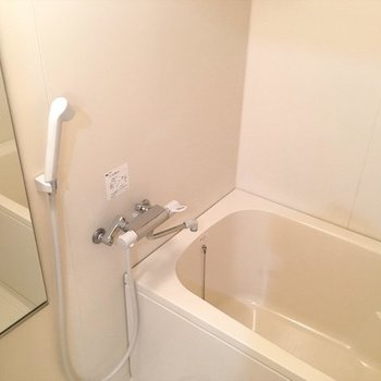 お風呂は1人に手頃なサイズ。 ※写真は同間取り別部屋