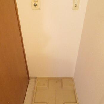 洗面台の後ろに洗濯機置き場が※写真は4階の同間取り別部屋のものです