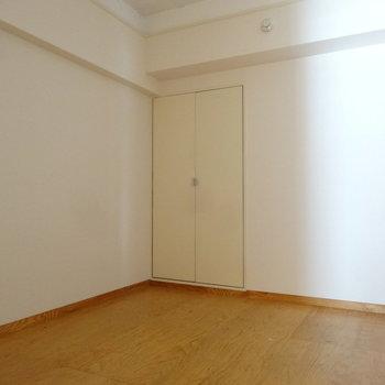 その奥には洋室があります。こちらは寝室に良さそう。