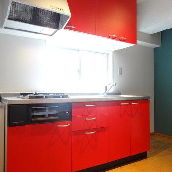 情熱的な赤のキッチンは大きめサイズ。