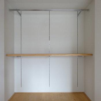 クローゼットの棚は高さを変えられますよ。色々入りそうですね。