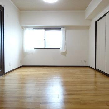 横長のリビングです。壁面が少ないので、家具の配置はやや難易度高いかな。