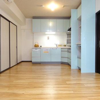 優しげカラーのキッチンが素敵なリビングダイニングです。