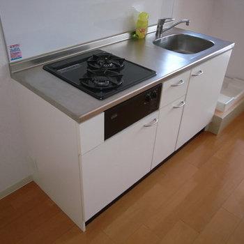 ちょっとコンパクトなキッチン。※画像は別室です