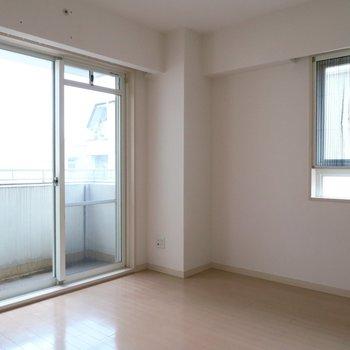寝室も2面採光で文句なし。※写真は301号室