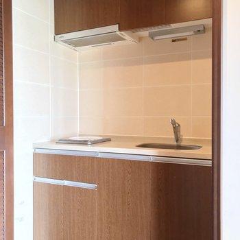 キッチンは扉の中に。生活感を隠せますよ。(※写真は清掃前のものです)