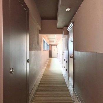 共用廊下もカーペット敷きで、ホテルさながら。