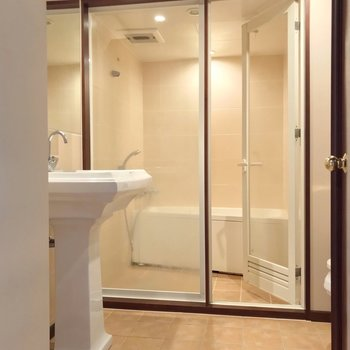 ガラス張りのバスルームが印象的な脱衣所。(※写真は清掃前のものです)