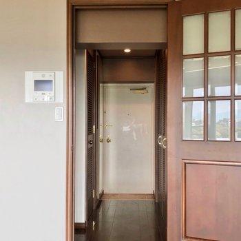 廊下側にキッチンと脱衣所があります。(※写真は清掃前のものです)