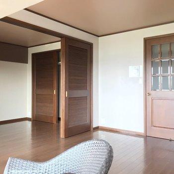 2つの洋室の間は、引き戸で仕切られています。(※写真は清掃前のものです)