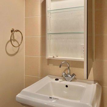 洗面台もホテルのよう。コンセントは鏡の中に。(※写真は清掃前のものです)