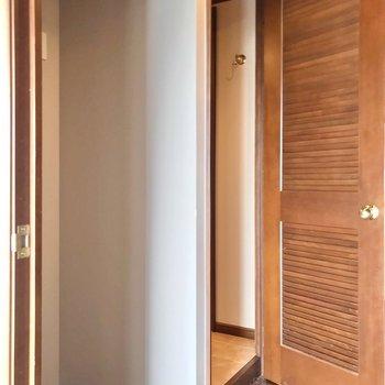 脱衣所の扉の隣に冷蔵庫を置けます。(※写真は清掃前のものです)