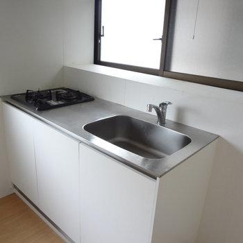 キッチンはファミリーにしては狭いかな。
