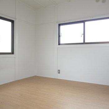 続いて階段左側の洋室へ。