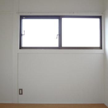 少し横長の窓です。