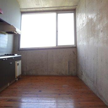 冷蔵庫はキッチンの向かい側に置くのかな。食器棚を置いても広々と使えます。