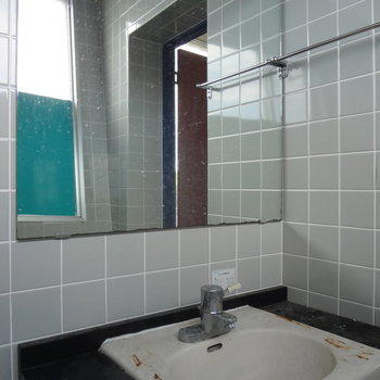 トイレの横が洗面台です。※写真はクリーニング前です。