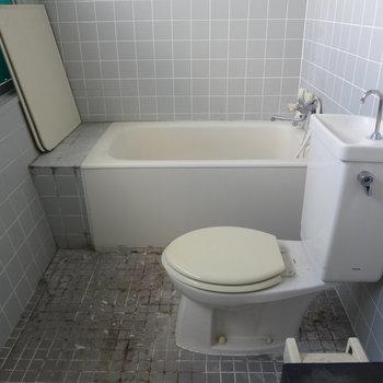 バス・トイレは一緒なんです。※写真はクリーニング前です。