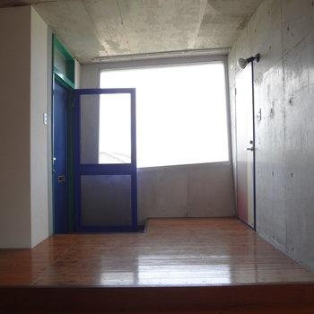 窓は台形型。大きくてお部屋を明るくしてくれます。