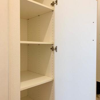 廊下には収納棚があります。