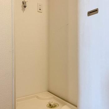 お隣には扉付きの洗濯機置き場。