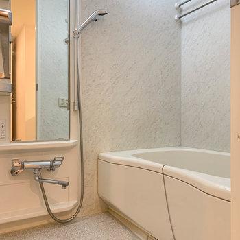 浴室乾燥と追い炊きの付いたお風呂です。※写真はクリーニング中のものになります。