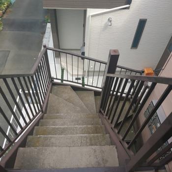 階段はこちら。