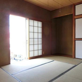 こちらは和室。床の間がいいですね!!