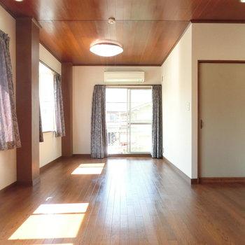 床も天井もフローリング。あたたかな空間。