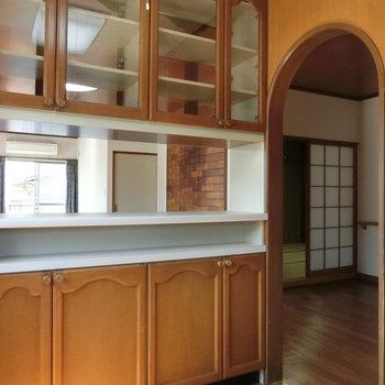 キッチンからはリビングと和室を望めます。