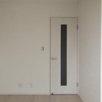 窓から。カドにテレビかな〜※写真は2階の同間取り別部屋のものです