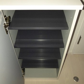 シューズボックス。上に鍵などをおいても◯※写真は2階の同間取り別部屋のものです