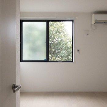 真っ白に緑が映えます※写真は2階の同間取り別部屋のものです