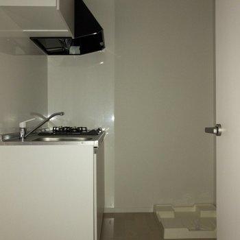 トビラをあけて左側に。冷蔵庫スペースもしっかりと。※写真は2階の同間取り別部屋のものです