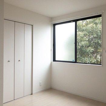 何色の家具でも合いそう※写真は2階の同間取り別部屋のものです