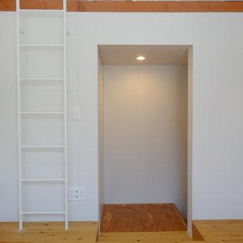 階段を登ってここから入ります