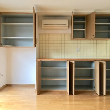 【LDK】そして、キッチン横一面の収納スペース!お気に入りの食器も食材もきれいに整理整頓できますね♪※写真は3階の同間取り別部屋ものです