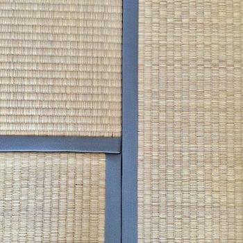 光沢あるグレーの畳のヘリも、シンプルでいい。※写真は3階の同間取り別部屋ものです