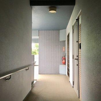 プライベート感のある共用廊下。