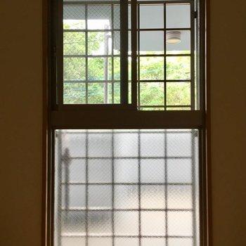 【洋室】共用廊下に面しているんですが、キラキラ光る緑に癒やされます。※写真は3階の同間取り別部屋ものです